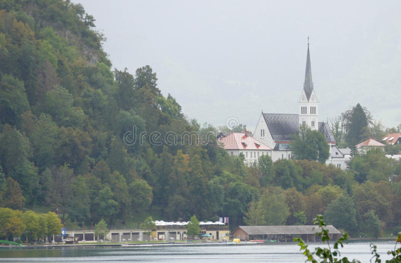 Igreja na ilha no meio do lago sangrado, Eslovênia foto de stock