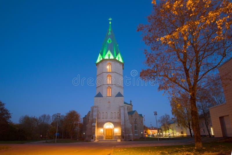 Igreja na memória do imperador Alexander II na iluminação da noite, outono dourado Narva, Estônia fotos de stock