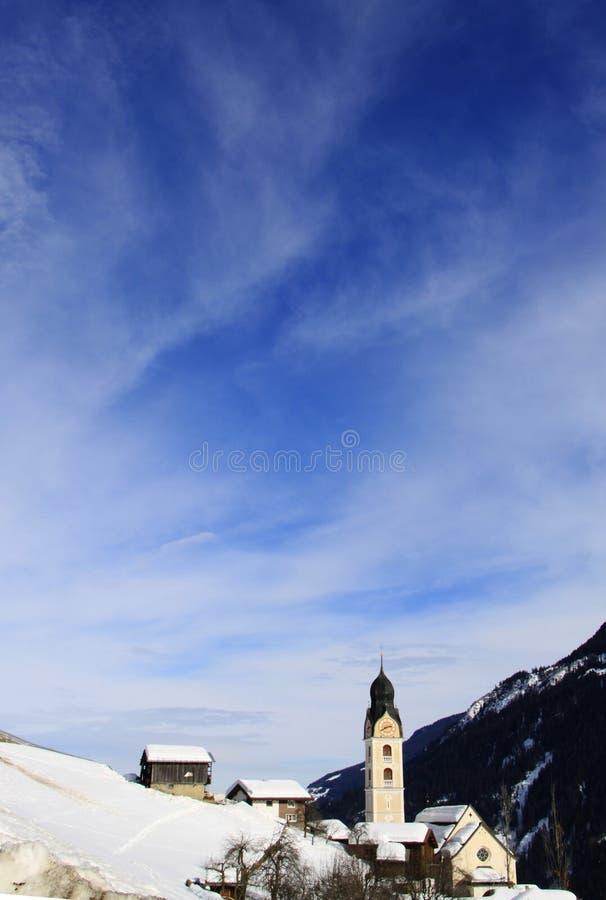 Igreja na vila imagem de stock royalty free