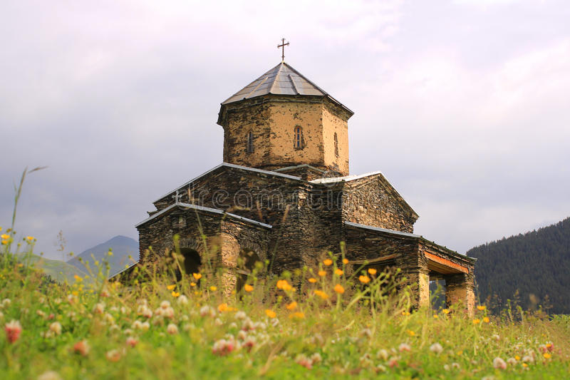 A igreja na vila de Shenako, região de Tusheti (Geórgia) fotos de stock
