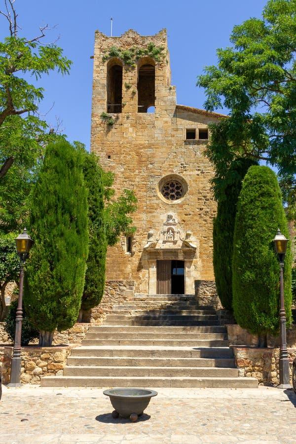 Igreja na vila pequena em Catelonia fotografia de stock royalty free