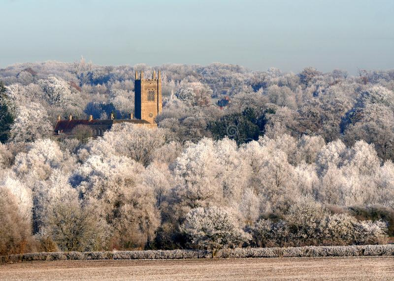 Igreja nas árvores brancas geladas do inverno Refúgio ou segurança foto de stock
