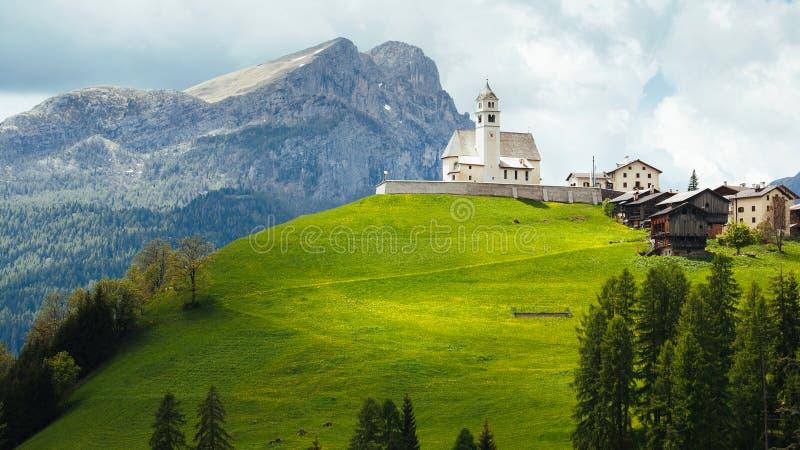 Igreja nas dolomites italianas fotografia de stock