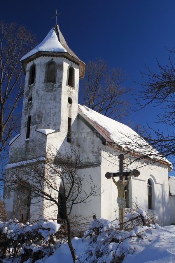 Igreja nas ruínas, Romania da vila fotos de stock royalty free