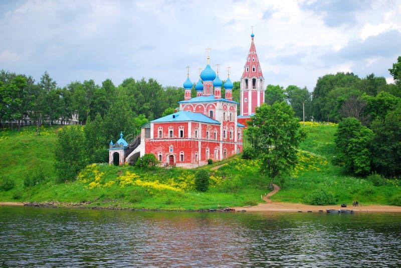 A igreja no banco do rio de Volga, fotos de stock royalty free