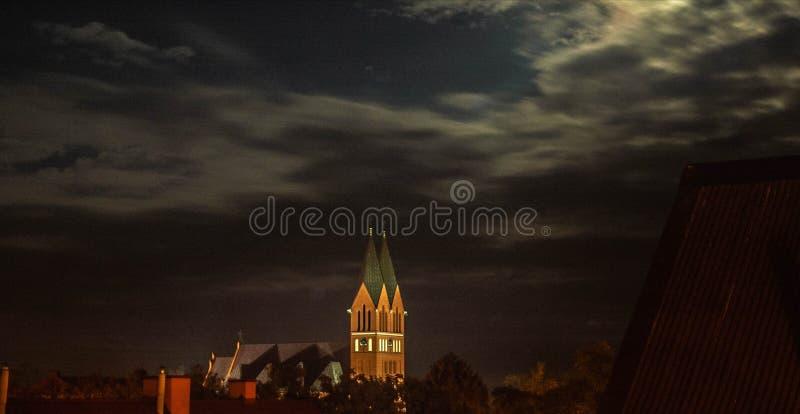 Igreja no fundo do céu noturno no Polônia imagem de stock