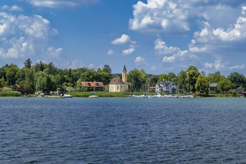 Igreja no lago Ammersee, Baviera, Alemanha fotos de stock royalty free