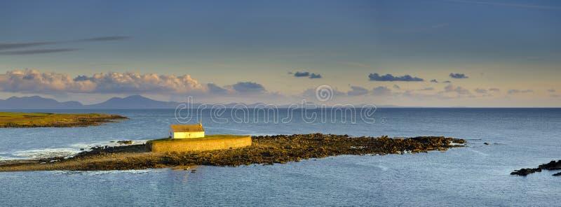 ?A igreja no mar ?em Porth Cwyfan, Anglesey foto de stock