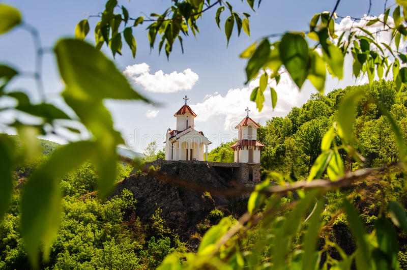 Igreja no monte em Prolom Banja, Sérvia fotos de stock royalty free
