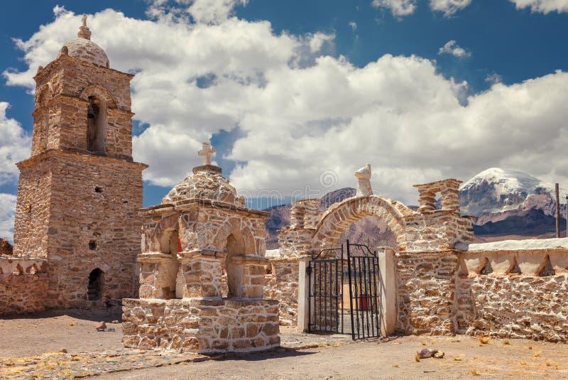 Igreja no parque nacional de Sajama, Bolívia imagens de stock royalty free