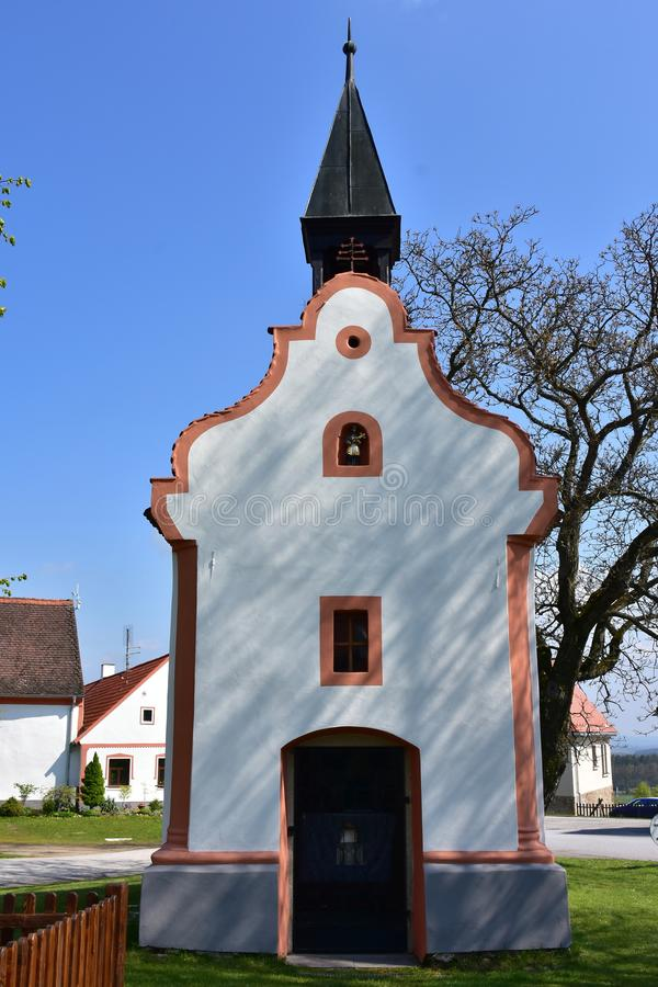 A igreja no UNESCO de Holasovice protegeu a vila foto de stock