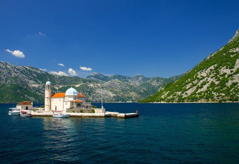 Igreja nossa senhora das rochas na ilha na baía de Boka Kotor, Montenegro imagem de stock royalty free