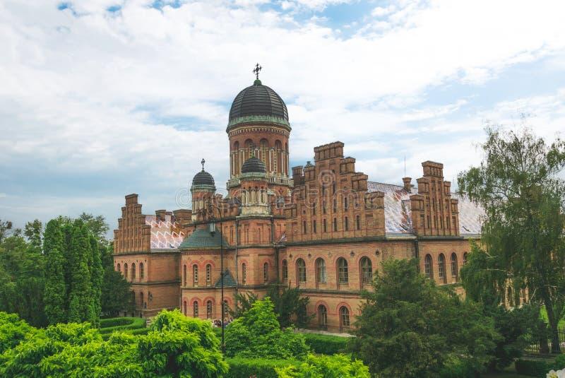 Igreja ortodoxa antiga e jardim verde do verão fotos de stock
