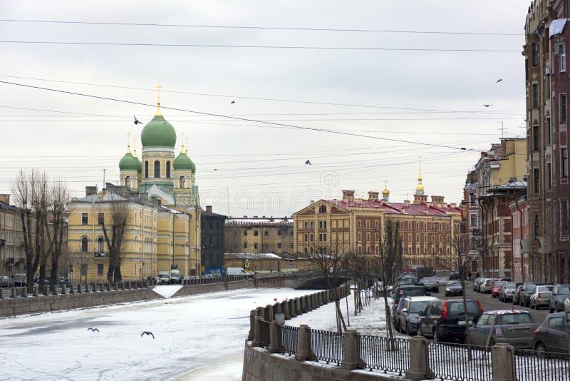 Igreja ortodoxa, arquitetura, construindo na terraplenagem de Gri imagens de stock royalty free