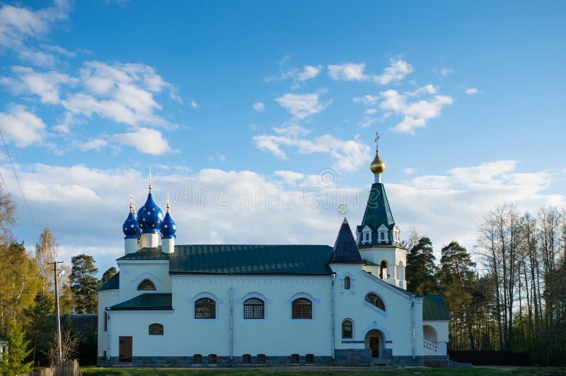 Igreja ortodoxa bonita contra o c?u azul Igreja de São Nicolau, construída em 1912 foto de stock