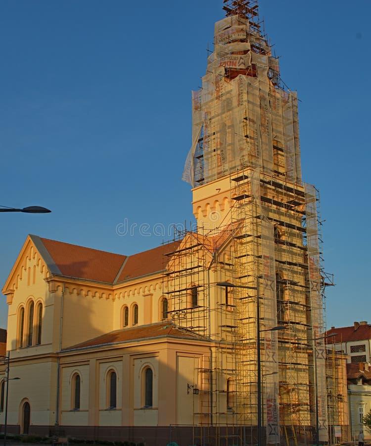 Igreja ortodoxa com a torre em processo da reconstrução imagem de stock royalty free