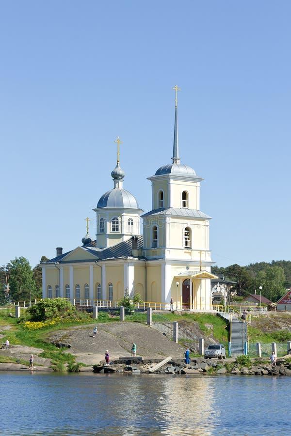 Igreja ortodoxa cristã na costa do Lago Onega imagens de stock