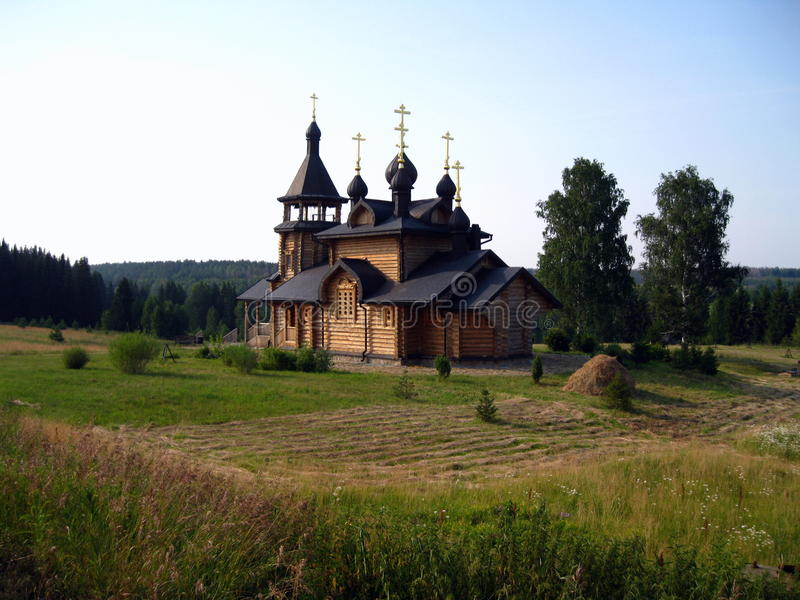 Igreja ortodoxa de madeira do russo em Verhoture imagens de stock