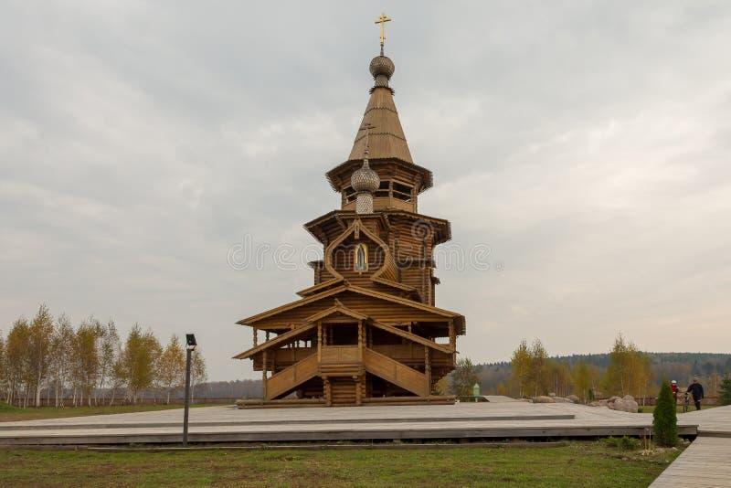 Igreja ortodoxa de madeira de St Sergius em Svyatogorie no dia do outono, região de Moscou, distrito de Sergiev Posad, com Vzglya foto de stock royalty free