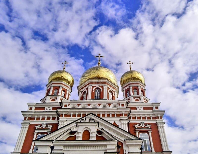 Igreja ortodoxa do russo com abóbadas do ouro imagens de stock