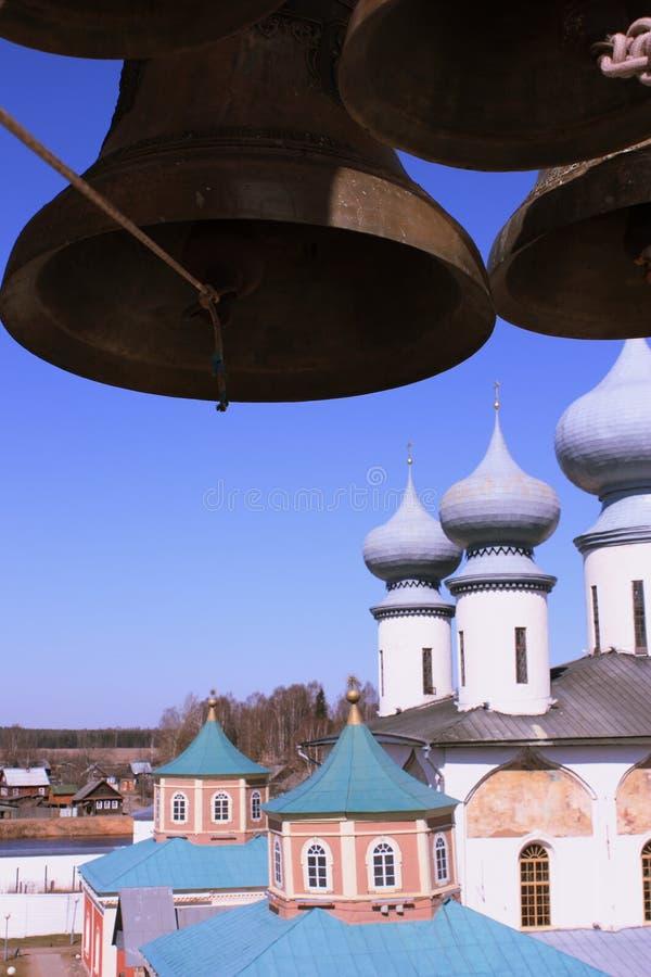 Igreja ortodoxa do russo e os sinos foto de stock royalty free