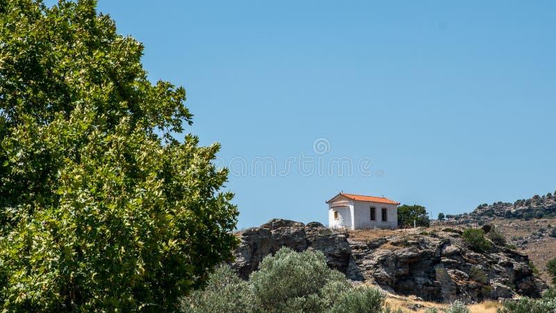 Igreja ortodoxa grega pequena em um monte rochoso imagens de stock royalty free