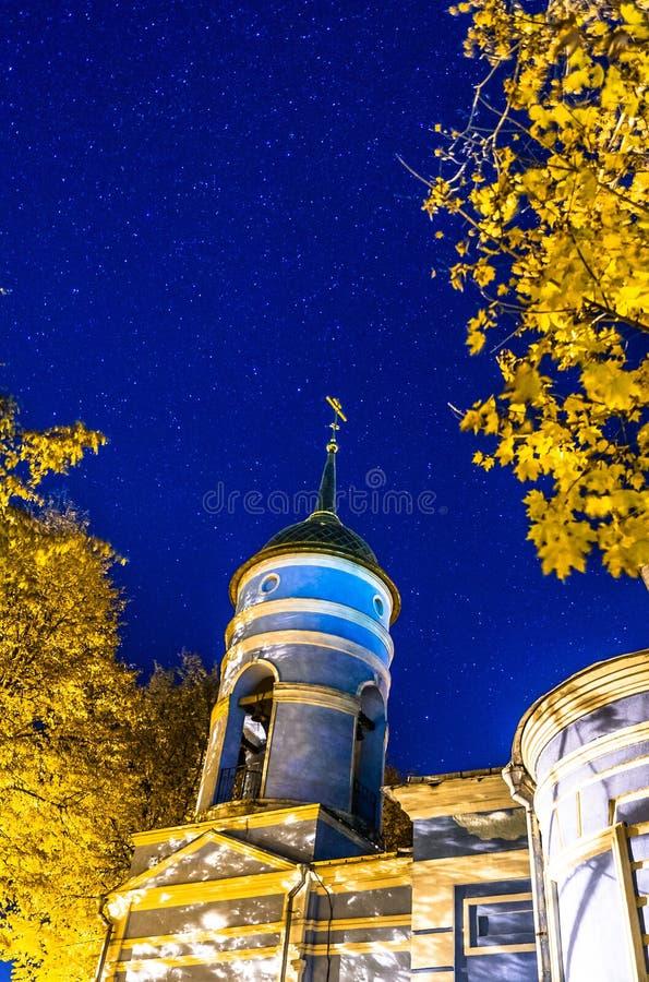 A igreja ortodoxa na noite estrelado imagens de stock royalty free