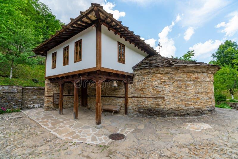 Igreja ortodoxa no Etera complexo etnográfico em Bulgária imagens de stock