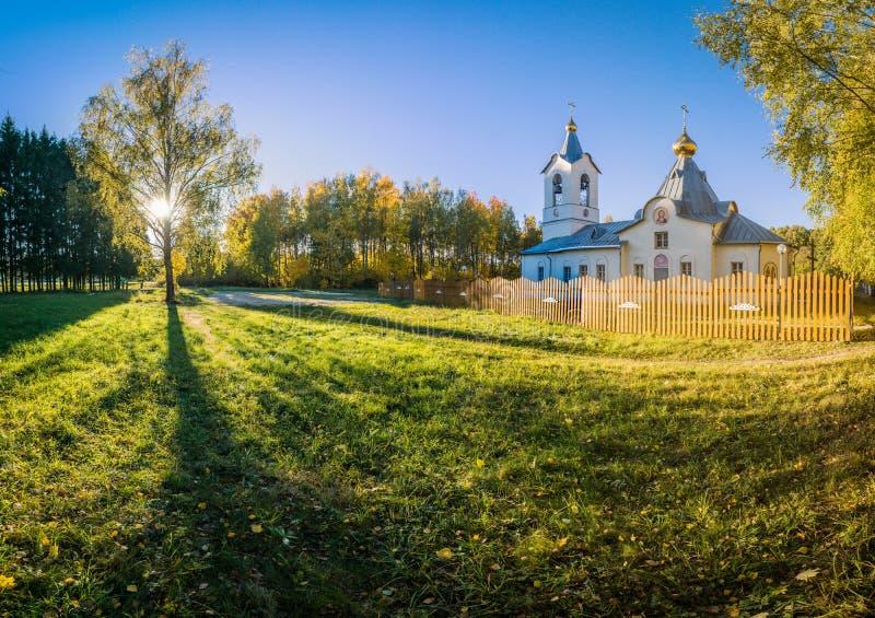 A igreja ortodoxa no outono, perto da avenida do vidoeiro imagem de stock