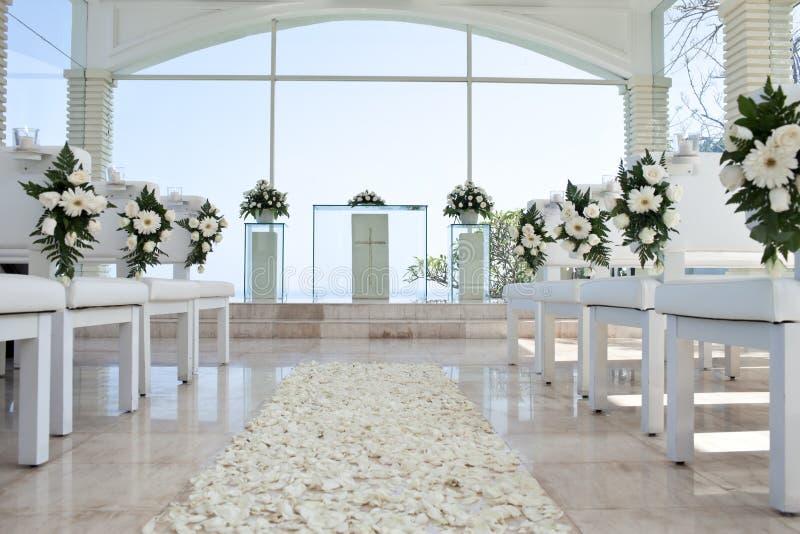 Download Igreja Para Wedding Com Tapete Das Pétalas Foto de Stock - Imagem de calor, levantou: 26503748