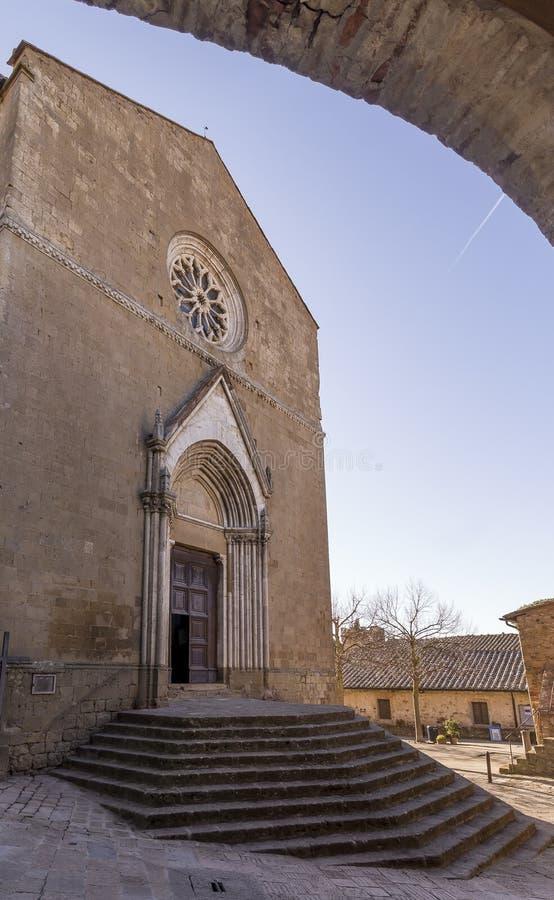 A igreja paroquial de Leonardo de Saint e de Cristoforo em Monticchiello, Siena, Toscânia, Itália foto de stock royalty free