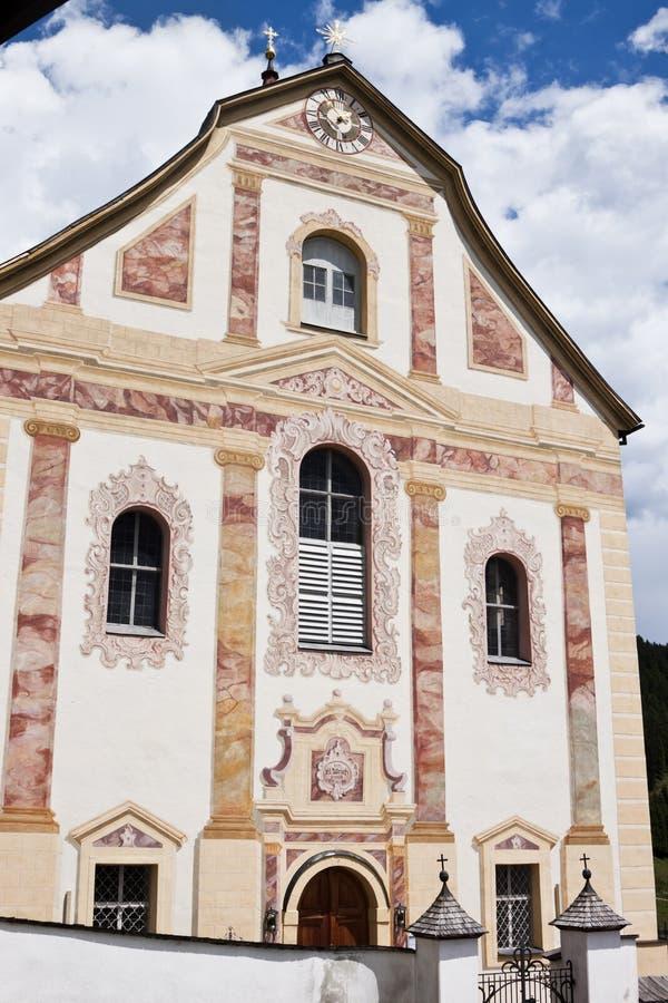 Igreja paroquial do St Ulrich, Obertilliach, Áustria imagens de stock