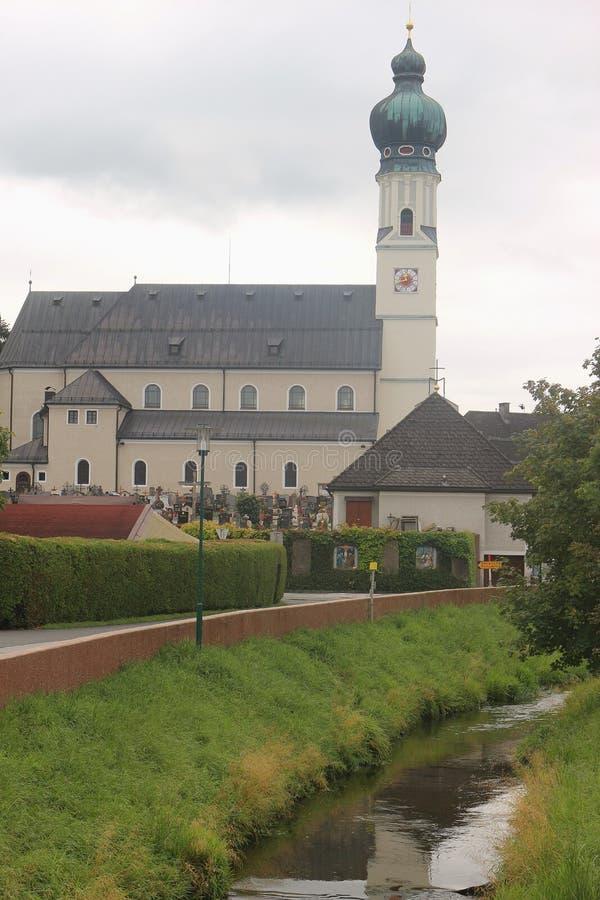 A igreja paroquial em Obertrum, Áustria fotos de stock royalty free