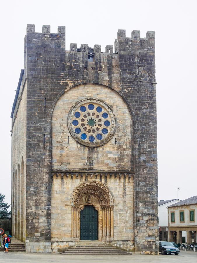 A igreja paroquial românico fortresslike de San Nicolas usou-se para pertencer à ordem de Saint John do Jerusalém - Portomarin, fotografia de stock royalty free