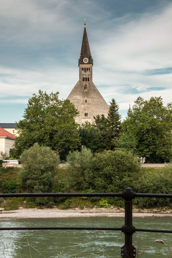 Igreja pelo rio imagens de stock royalty free