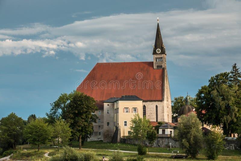 Igreja pelo rio fotos de stock
