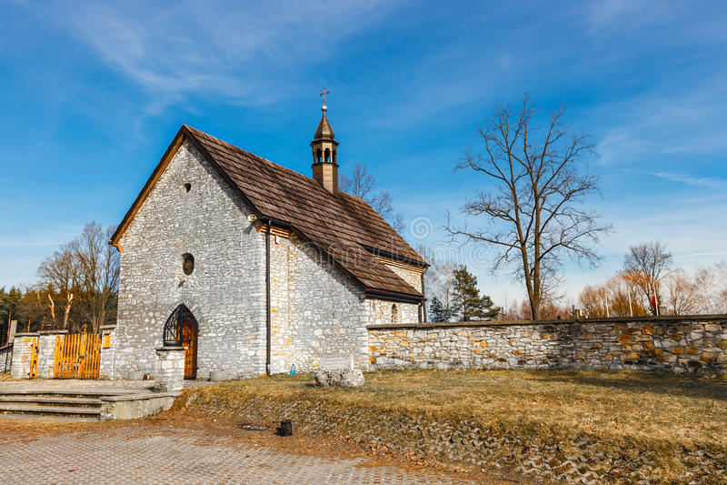 Igreja pequena em Jura Krakowsko Czestochowska foto de stock