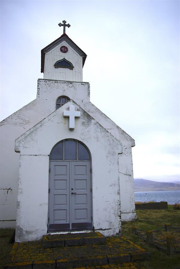 Igreja pequena na costa islandêsa fotos de stock royalty free
