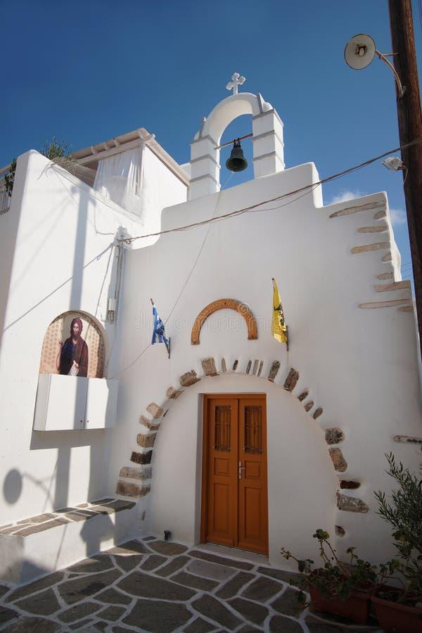 Igreja pequena no centro histórico da cidade de Naoussa, Paros fotos de stock