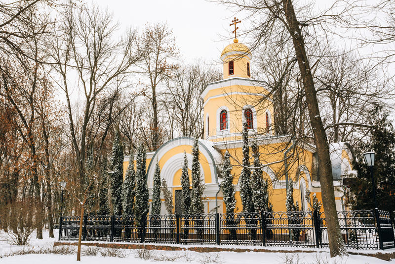 Igreja perto de Peter e de Paul Cathedral em Gomel, Bielorrússia fotografia de stock