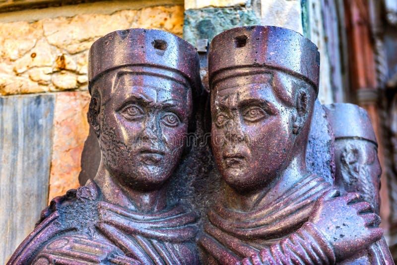 Igreja roxa Veneza Itália do ` s de St Mark da estátua de quatro Tetrachs foto de stock royalty free