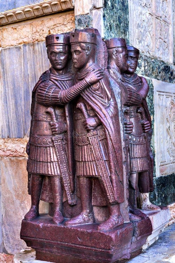 Igreja roxa Veneza Itália do ` s de St Mark da estátua de quatro Tetrachs fotografia de stock