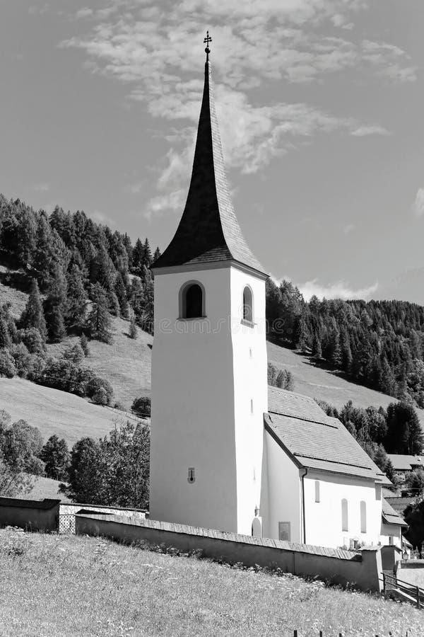 Igreja rural nos cumes austríacos foto de stock royalty free