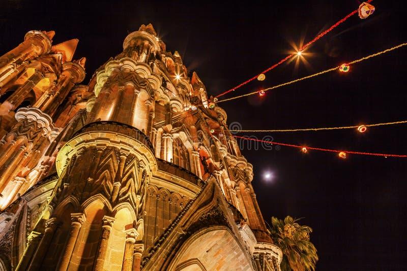 Igreja San Miguel Mexico de Parroquia da lua da noite da fachada imagens de stock