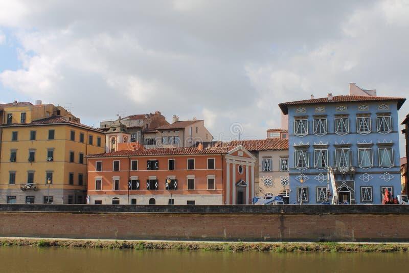 Igreja Santa Cristina e Palazzo azuis em Pisa, Toscânia Itália foto de stock