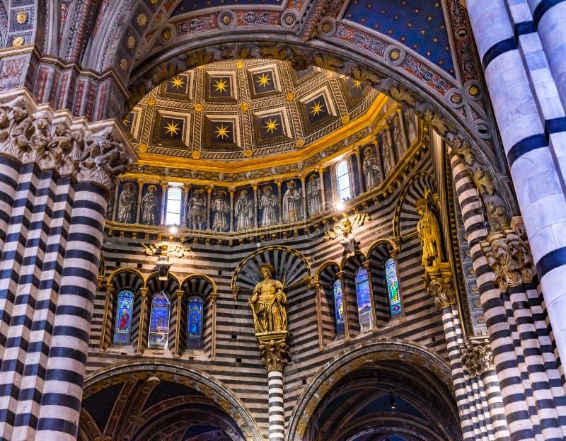 Igreja Siena Italy da catedral do vitral das estátuas da abóbada da basílica fotos de stock