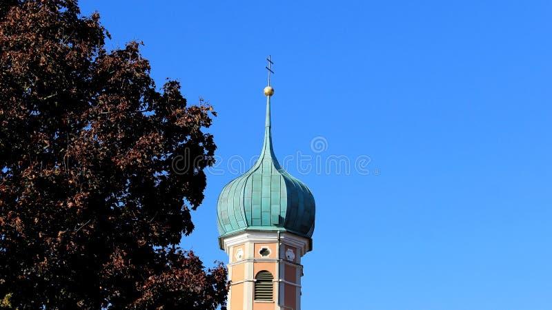 Igreja tópica pequena com as folhas do roxo com fundo do céu azul fotografia de stock