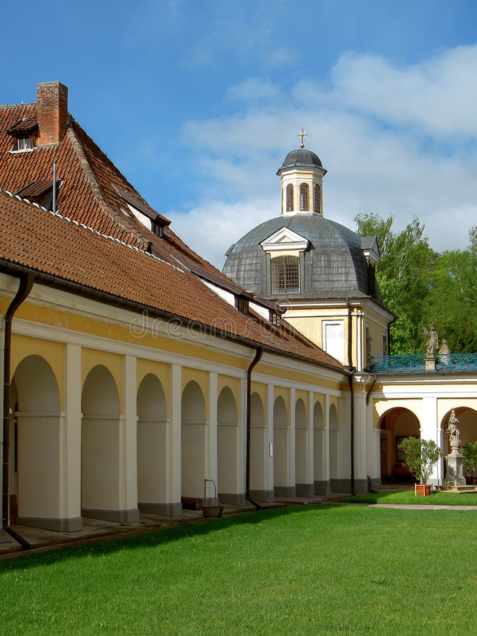 Download Igreja velha foto de stock. Imagem de arquitetura, amarelo - 526858
