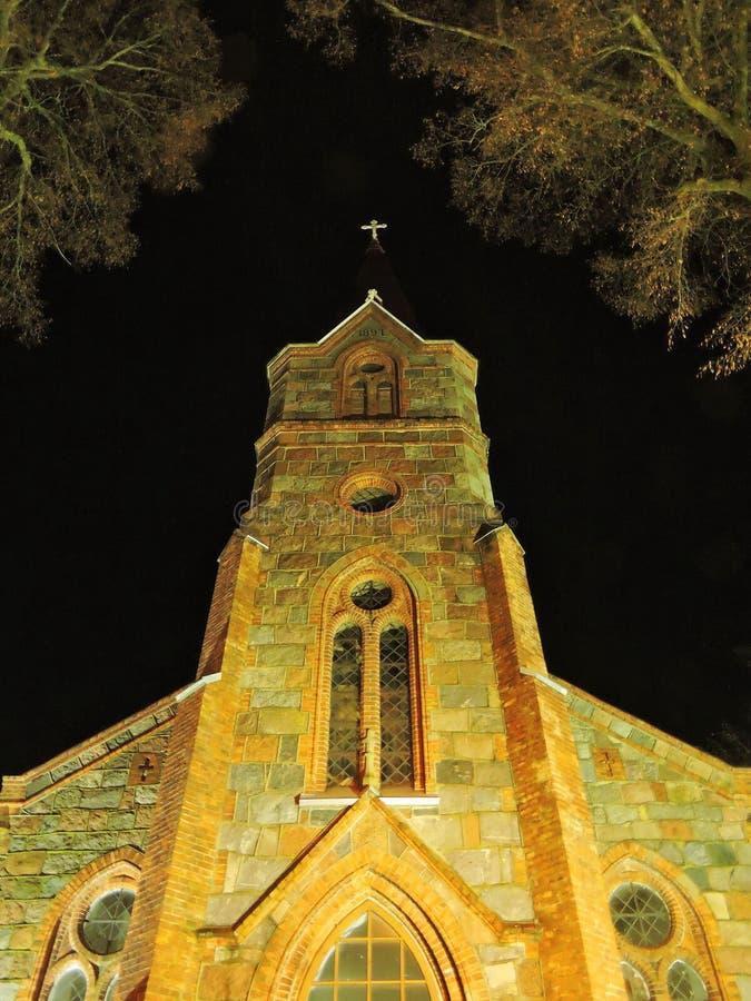 Igreja velha bonita na noite, Lituânia fotografia de stock