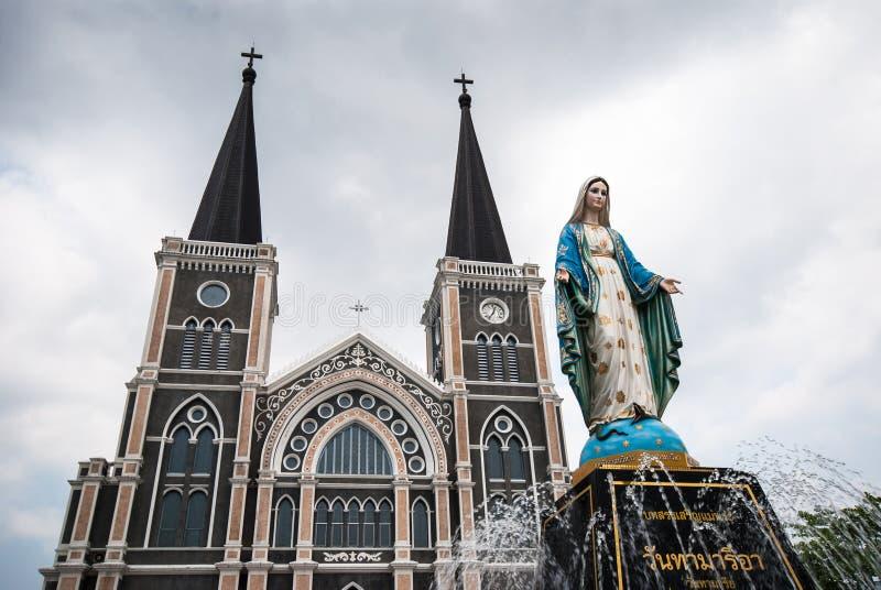 Igreja velha da estátua de Roman Catholic Christianity e da Virgem Maria imagem de stock royalty free